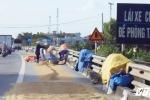 Dân 'chiếm' quốc lộ làm sân phơi thóc, xe máy bị đẩy ra 'làm mồi' cho xe tải