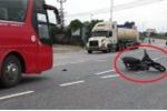 Clip: Xe máy không người lái xoay điên đảo giữa đường đầy ô tô, xe tải