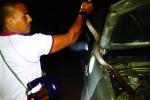 Clip: Rắn 'khủng' dài 5 m, nặng 9 kg cố thủ trong nắp capo ô tô