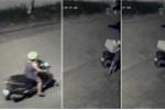 Clip phụ nữ đi xe ga lấy trộm... thùng xốp đựng rác