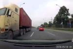 Clip: Container chạy ngược chiều kiểu 'giết người' trên Đại lộ Thăng Long