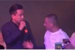 Tuấn Hưng bị khán giả giật micro khi đang hát