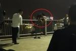 Clip: Giải cứu nam thanh niên leo lên thành cầu Thủ Thiêm ngồi lúc nửa đêm