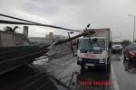 Clip: Dông lốc khủng khiếp quật đổ hàng loạt cột điện, cây xanh trên quốc lộ
