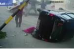 Bị 'kẹp chả' giữa 2 ôtô, người đi bộ sống sót kỳ diệu