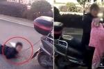 Clip: Mẹ trói tay con trai vào xe máy kéo lê trên đường