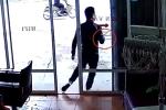 Clip: Chủ nhà bưng bát cơm, bất lực truy đuổi 2 kẻ trộm xe Exciter