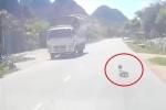 Clip: Bố mẹ ngủ trưa, con bò ra đường đầy ô tô, xe tải giữa trời nắng