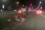 Clip: Xe máy phóng như tên lửa, tông đuôi xe tải thảm khốc trên cầu Nhật Tân