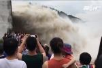 Phớt lờ lệnh cấm, dân vẫn ùn ùn kéo nhau đi xem thủy điện Hoà Bình xả lũ