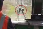 Clip: 2 cô gái lững thững đi bộ giữa đường ray mặc tàu hỏa đi sát phía sau