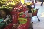 Clip: Bà bầu nổi lòng tham, trộm ví trong giỏ hàng ở siêu thị nhanh như cắt