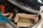 Công an mật phục bắt người đàn ông giấu 20 bánh heroin trong cốp xe