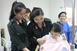 Chiến sĩ cảnh sát cơ động tặng áo dài cho nữ bệnh nhân trước ngày 8/3