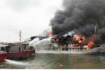 Tàu du lịch lại bốc cháy dữ dội trên vịnh Hạ Long