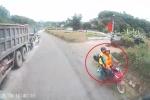 Clip: Phượt thủ lấn làn vượt ẩu kiểu 'cảm tử', suýt tông trực diện xe tải