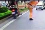 Người đi xe máy tự đâm vào dải phân cách sau cú xoạc chân của CSGT