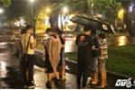 Hàng trăm game thủ đội mưa, vật vờ săn Pokemon giữa đêm khuya Sài Gòn