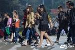 Lễ hội Đền Hùng 2017: Bất chấp quy định, thiếu nữ váy ngắn vẫn hồn nhiên tung tăng