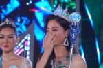 Video: hoa hậu Lương Thùy Linh khóc nức nở, vẫy chào mẹ sau đăng quang