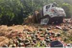 Clip: Xe tải chở hàng tấn dưa hấu lật thảm khốc trên đèo ở Điện Biên