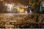 Thủy điện xả lũ, phố cổ Hội An lung linh ánh đèn ngập trong nước