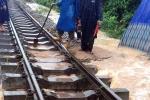 Đường sắt sạt lở do mưa lũ, 22 đoàn tàu nằm chờ