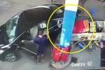 Clip: Ô tô húc đổ trụ bơm xăng, cán bẹp xe máy rồi bỏ trốn ở Hà Nội