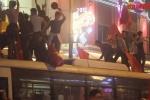 Clip: CĐV trèo lên xe buýt hò reo, ăn mừng chiến thắng của U23 Việt Nam
