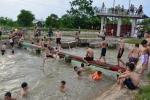 Nóng kinh hoàng, hàng trăm người lớn và trẻ nhỏ Hà Nội đua nhau nhảy cầu ở kênh thủy lợi