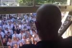 400 học sinh Mỹ hát động viên thầy giáo bị ung thư gây 'bão' mạng