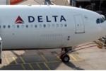 Nữ hành khách đòi mở cửa máy bay để tự tử