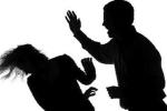 Sợ chồng bỏ, vợ tự tát sưng tím mặt để vu oan tội bạo hành