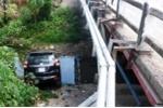 Xe ô tô chở 7 cán bộ lão thành cách mạng lao xuống suối