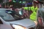 Tước bằng lái tài xế taxi vượt đèn đỏ, lao vào đường xe ưu tiên ở Hà Nội