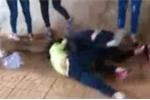 Lại xuất hiện clip nữ sinh đánh nhau, bạn bè đứng reo hò cổ vũ