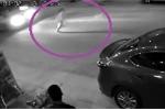 Clip: Cậu bé thoát 'án tử' khó tin ngay trước mũi xe ô tô