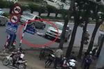 Clip: Ô tô bán tải lùi ngược chiều đâm gục người đi xe đạp ở Nghệ An