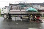 Xe máy tông đuôi xe tải, 3 thiếu niên chết thảm