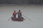 Yên Bái: Hàng trăm chiến sĩ dầm mình dưới suối tìm kiếm người bị lũ quét cuốn trôi