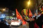 Clip: CĐV Hà Nội cầm cúp, nhảy tưng bừng trong xe buýt mừng chiến thắng