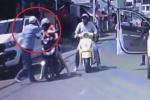 Clip: Trẻ con sang đường ẩu va chạm với xe máy, người lớn hành xử khiến dân mạng sôi máu