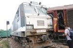 Clip: Hiện trường 2 tàu hỏa tông trực diện khiến nhiều toa lật nghiêng ở Quảng Nam