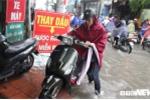 Video: Hot bac trieu nho dich vu sua xe may tren cac tuyen pho ngap o Ha Noi hinh anh 5