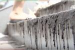 Nắng nóng, cầu đi bộ ở Hà Nội chảy nhựa nhem nhuốc