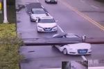 Video: Cần cẩu sập bổ đôi ô tô, người bên trong không hề hấn gì