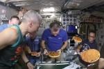 Video: Pizza được làm thế nào ngoài vũ trụ?