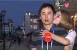 Video: Được 2 nữ CĐV hôn giữa đường, chàng phóng viên cười thích thú
