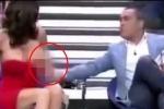Nam MC gạt tay khiến nữ khách mời gặp sự cố đỏ mặt ngay trên truyền hình