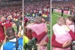 Video: Cha con đội trưởng Liverpool ôm nhau khóc nức nở sau trận chung kết Cúp C1